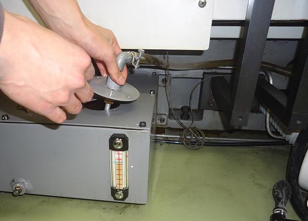 冊子印刷の主力! 両面機のオイル交換