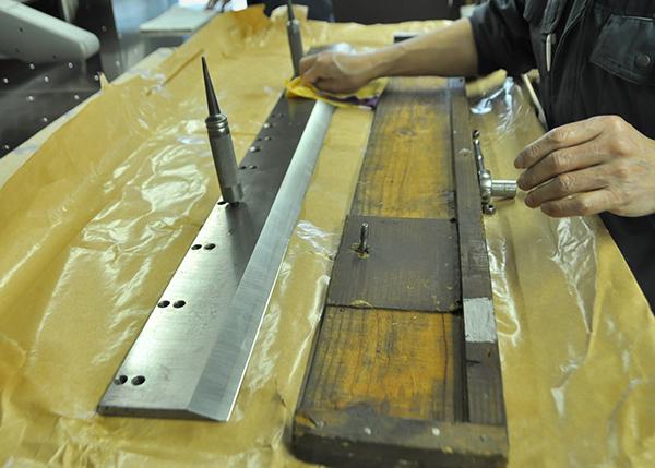 紙を切るための機械、断裁機の刃を交換しました。