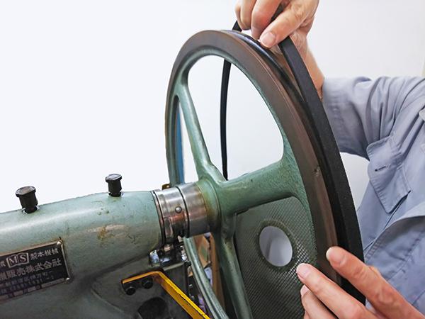 針金綴じ機のVベルト交換