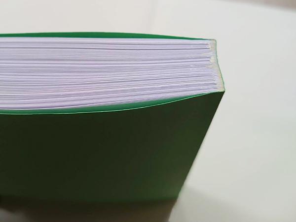 用紙の束が製本で1冊の本に…
